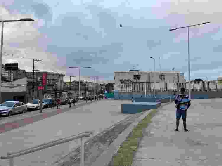 Homem solta pipa ao lado do Nilton Santos - Caio Blois/UOL - Caio Blois/UOL