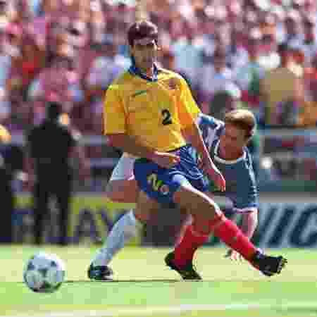 Andrés Escobar em ação pela Colômbia na Copa do Mundo de 1994 - Shaun Botterill/ALLSPORT