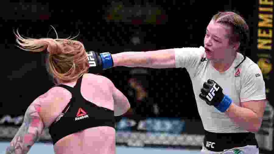 Cory McKenna (dir) desfere soco em Kay Hansen na abertura do card principal do UFC Las Vegas 14 - Jeff Bottari/Zuffa LLC via Getty Images