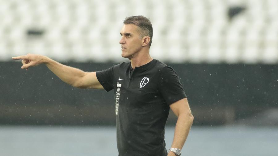 Vagner Mancini, técnico do Corinthians, passa orientações ao seu time durante o duelo com o Botafogo no Engenhão  - Rodrigo Coca/Ag. Corinthians