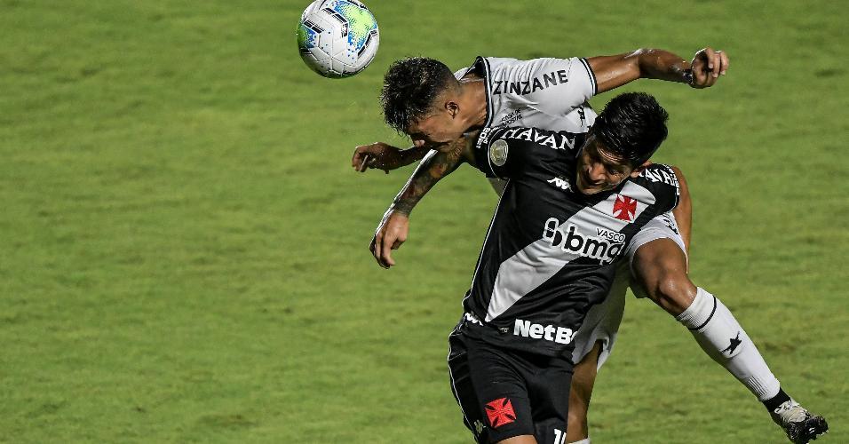 Cano disputa lance com Sousa, do Botafogo, durante clássico em São Januário