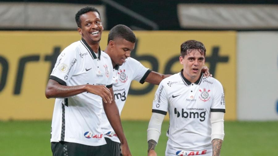 Jô, Leo Natel e Fagner comemoram gol do Corinthians contra o Sport - Marcello Zambrana/AGIF