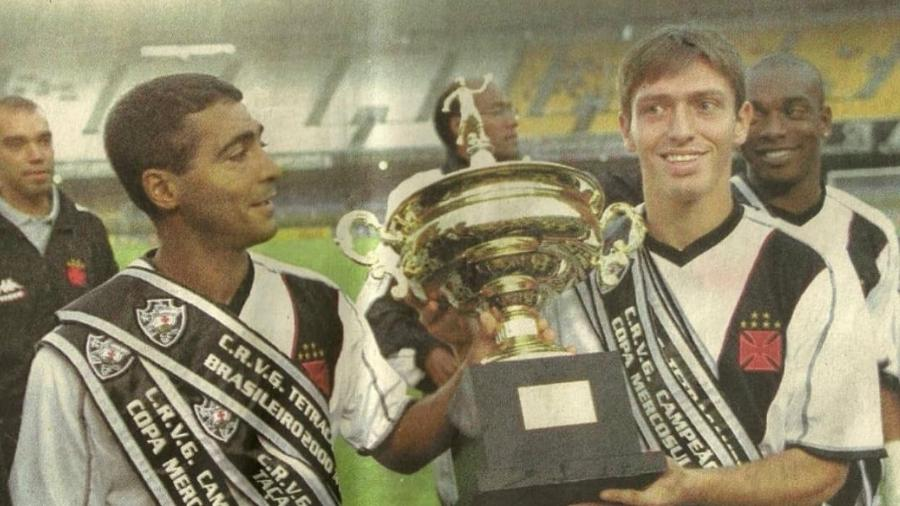 Siston ao lado de Romário na entrega das faixas de ano mágico do Vasco em 2000, quando ele subiu ao profissional - Reprodução / Instagram