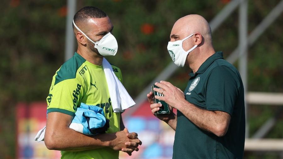 Presidente Maurício Galiotte em conversa com o goleiro Weverton durante treino do Palmeiras - Cesar Greco/Palmeiras
