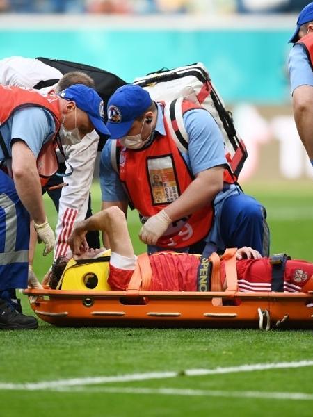 Mário Fernandes na maca após cair de mau jeito na partida entre Rússia e Finlândia - Kirill Kudryavtsev - Pool/Getty Images