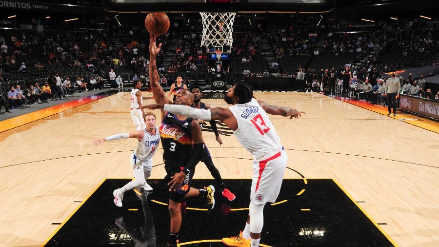 Chris Paul tenta a bandeja enfrentando marcação de Paul George: duas estrelas do confronto entre Phoenix Suns e Los Angeles Clippers - Barry Gossage/NBAE via Getty Images