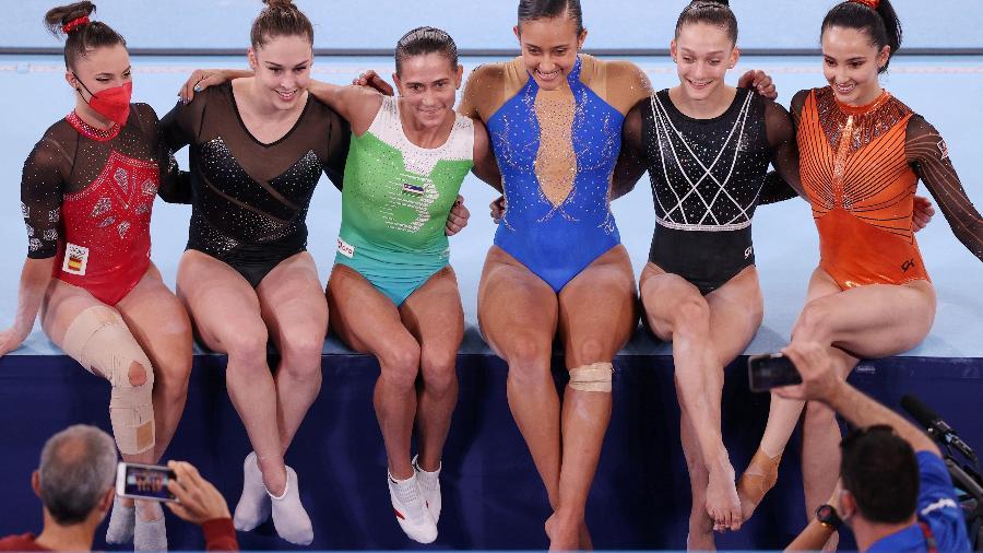 Ginastas tietam Oksana Chusovitina após a qualificação do salto - Ezra Shaw/Getty Images