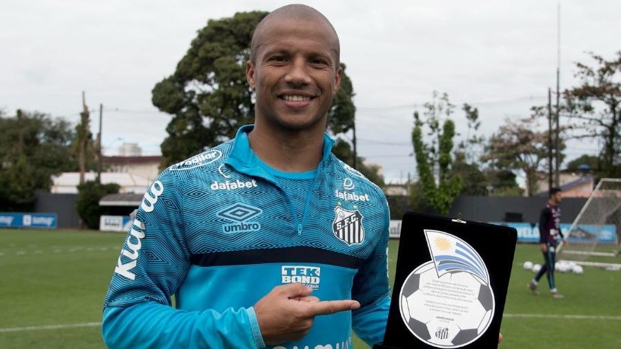 O uruguaio Sanchéz recebe homenagem no Santos - Divulgação/Santos