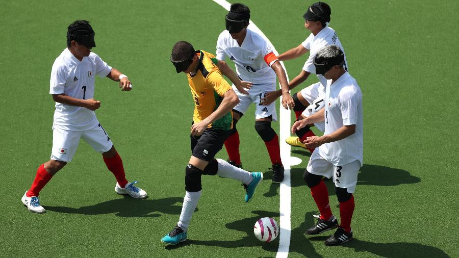 Cassio, da seleção brasileira de futebol de 5, cercado por japoneses  - Alex Pantling/Getty Images