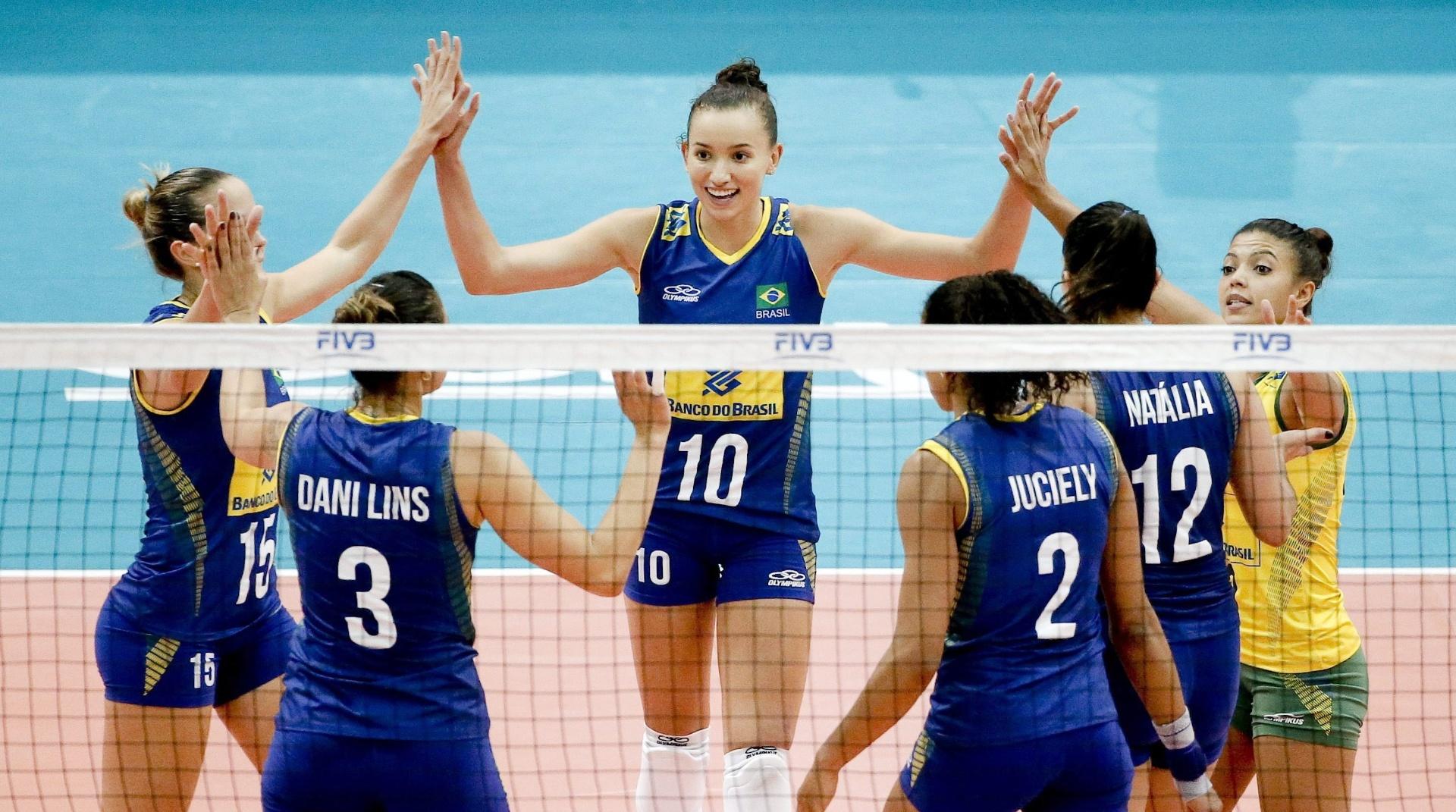 Jogadoras da seleção brasileira feminina de vôlei comemoram ponto diante da Sérvia em jogo pelo Grand Prix 2015 na cidade de Bangcoc (Tailândia)