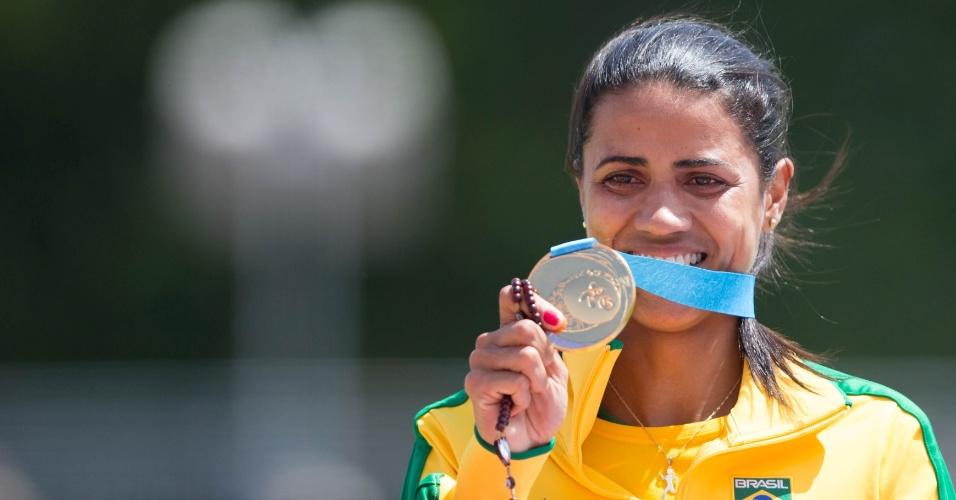 Juliana dos Santos exibe a medalha de ouro conquista nos 5.000m feminino