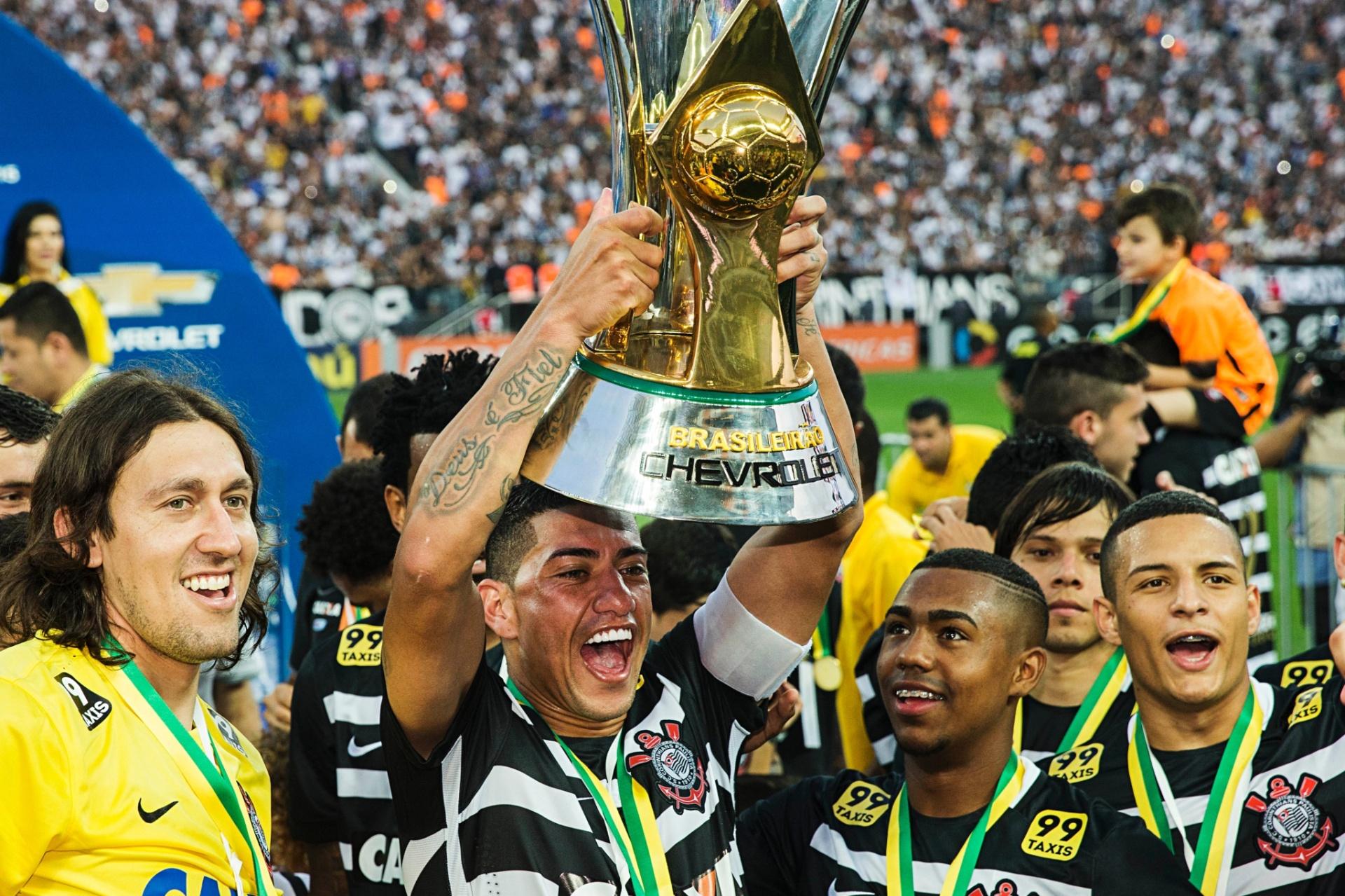5f160359cf 10+  Provocações entre rivais e presidente levantando a taça marcam rodada  - 23 11 2015 - UOL Esporte