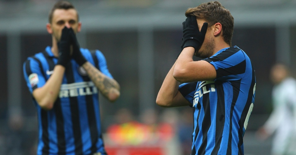 10.jan.2016 - Jogadores da Internazionale lamentam derrota em casa para o Sassuolo por 1 a 0