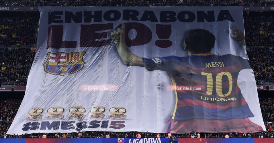 Lionel Messi é homenageado pela torcida do Barcelona antes de partida contra o Athletic Bilbao
