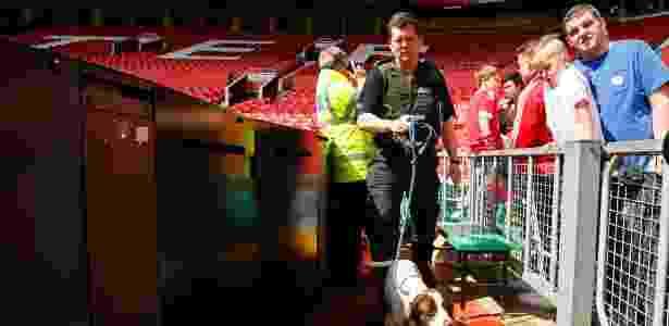 Old Trafford foi evacuado durante jogo em maio após ameça de bomba -  Reuters / Jason Cairnduff
