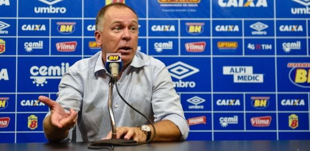 Mano Menezes criticou a mudança constante de treinadores no futebol brasileiro