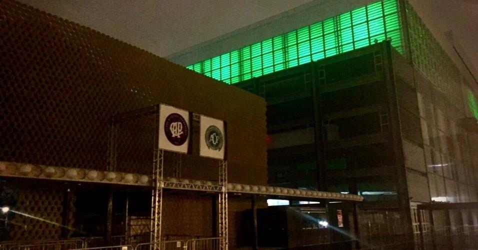 Arena da Baixada, estádio do Atlético-PR, também ficou verde em solidariedade à Chapecoense