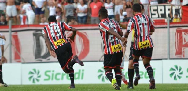 Jogadores do São Paulo comemoram gol na vitória em cima do Capivariano