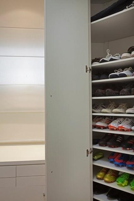 """Closet conta com a """"coleção"""" de chuteiras de Oscar"""