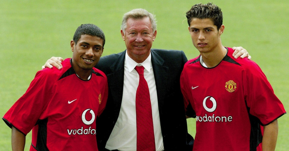 Kleberson posa ao lado de Alex Ferguson e Cristiano Ronaldo, na apresentação de ambos ao Manchester United