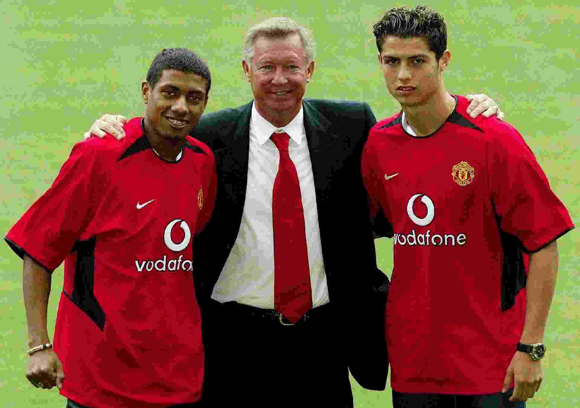 Kleberson posa ao lado de Alex Ferguson e Cristiano Ronaldo, na apresentação de ambos ao Manchester United - undefined