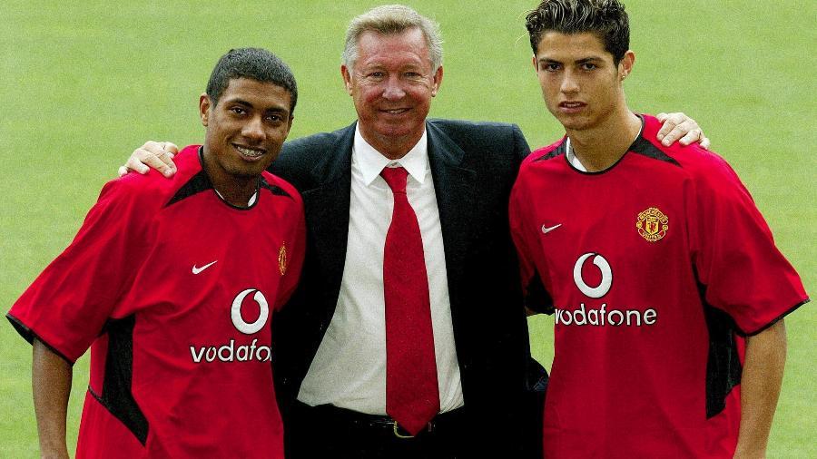 Kleberson posa ao lado de Alex Ferguson e Cristiano Ronaldo, na apresentação de ambos ao Manchester United - REUTERS/Paul Sanders