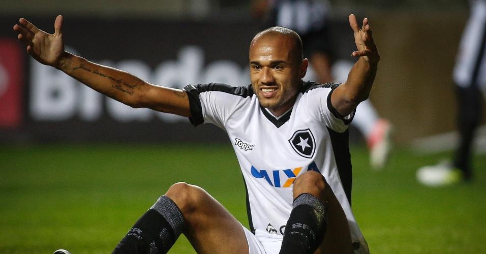 Roger reclama de falta na partida entre Atlético-MG e Botafogo