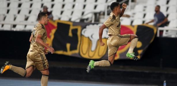 Rithely (à direita) celebra gol com a camisa do Sport