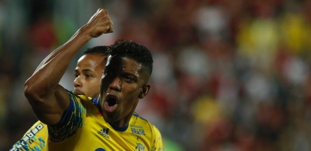 Berrío comemora o gol marcado pelo Flamengo contra o Coritiba pelo Brasileirão