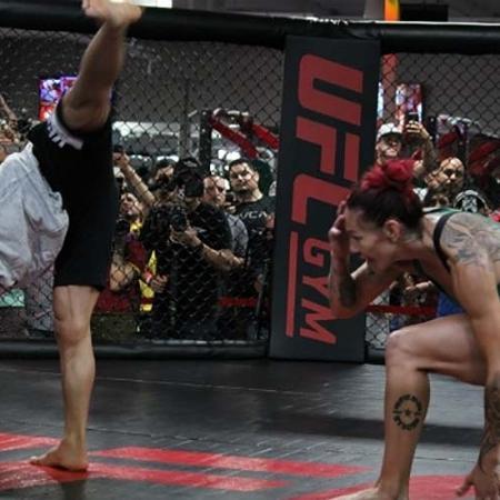 Cris ?Cyborg? improvisou seu jogo de capoeira para agradar os fãs - Diego Ribas/Ag Fight