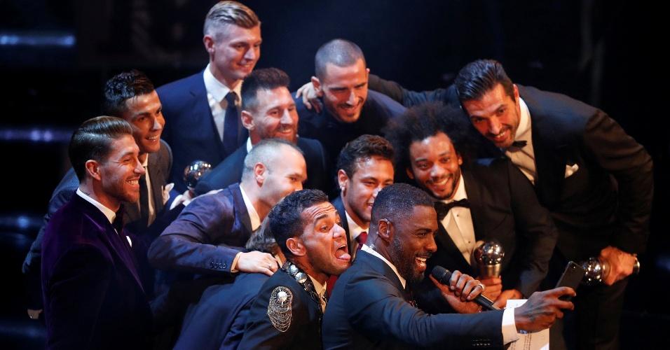 Seleção eleita em prêmio da Fifa posa para selfie com o apresentador Idris Elba