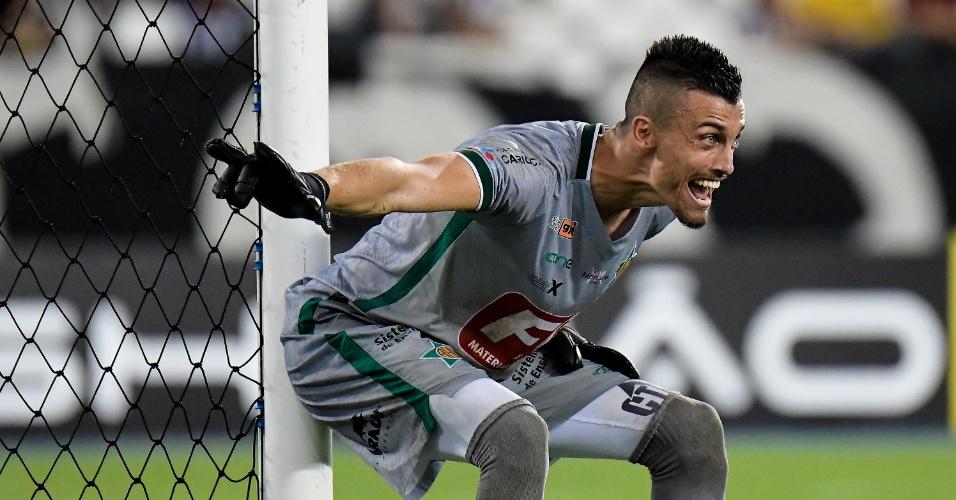 O goleiro Milton Raphael em ação pela Portuguesa-RJ contra o Botafogo