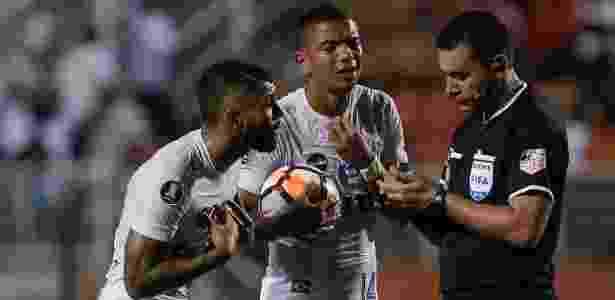 74cbec04cd418 Gabigol é expulso no primeiro tempo e desfalcará Santos contra Estudiantes