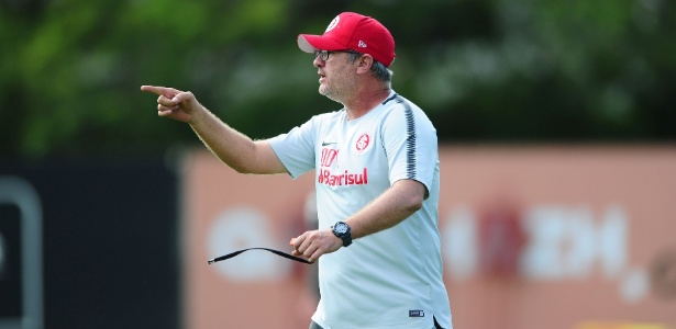 Odair Hellmann, técnico do Inter, mantém dúvida sobre companheiro de Moledo na zaga