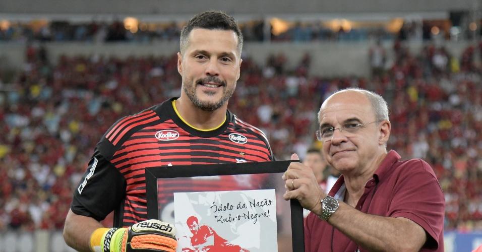 Julio Cesar recebe placa de homenagem de Eduardo Bandeira de Mello, presidente do Flamengo