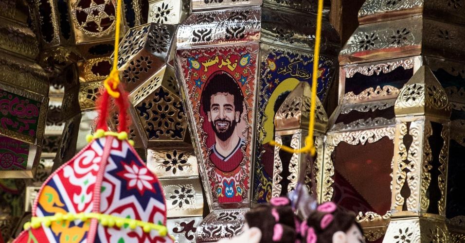 Até as tradicionais lanternas decorativas, conhecidas como 'Fanous', receberam fotos do jogador