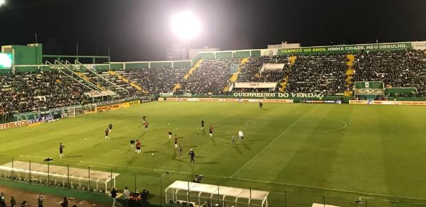 Arena Condá tem problema de iluminação e jogo entre Chape e Cruzeiro tem início atrasado