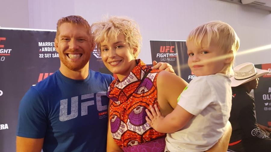 Lutador do UFC, Sam Alvey posa para foto com a mulher, Brittany McKey Sullivan, e o filho mais novo - Ana Carolina Silva/UOL