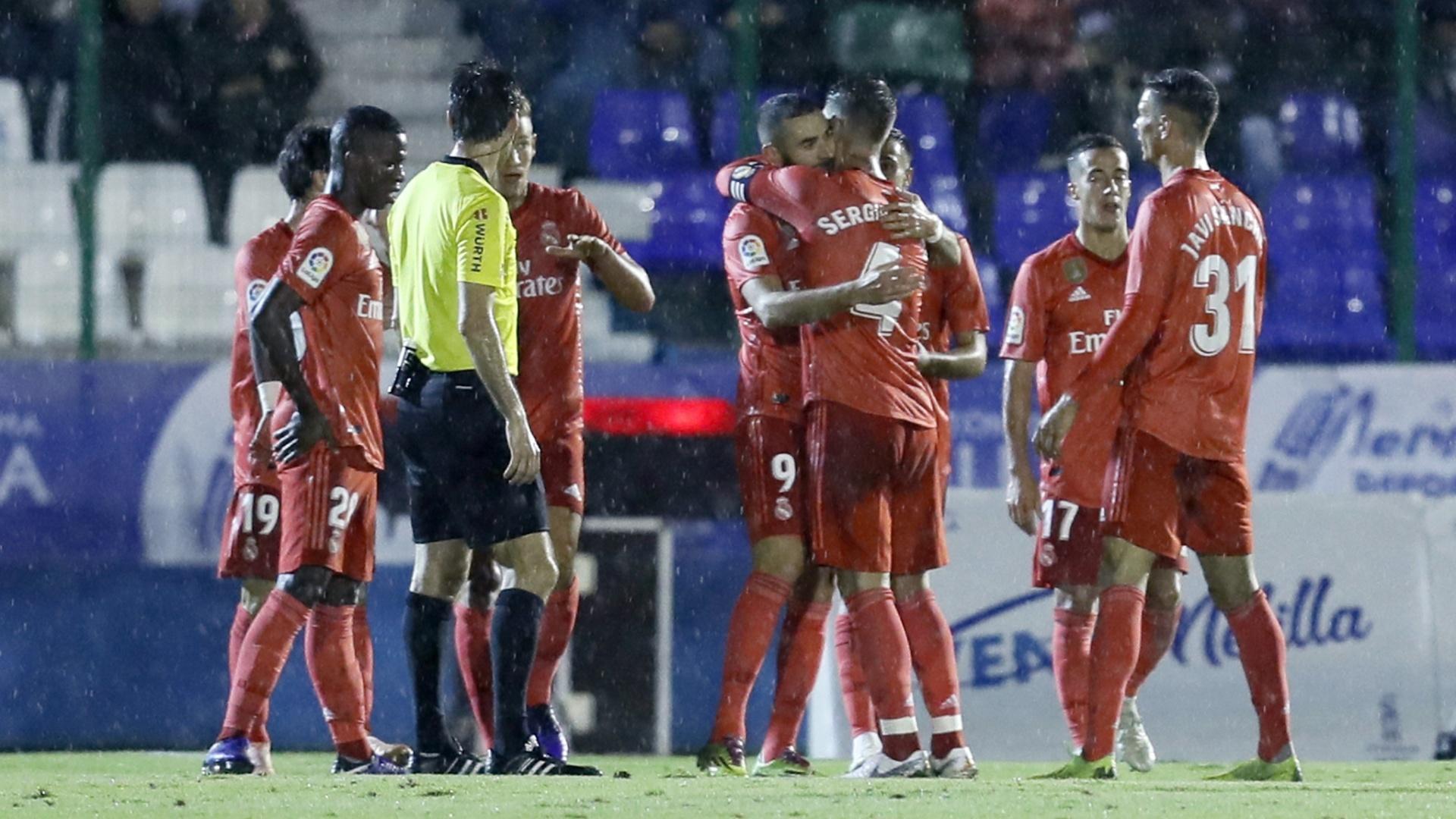 Jogadores do Real Madrid comemoram o gol de Benzema diante do Melilla