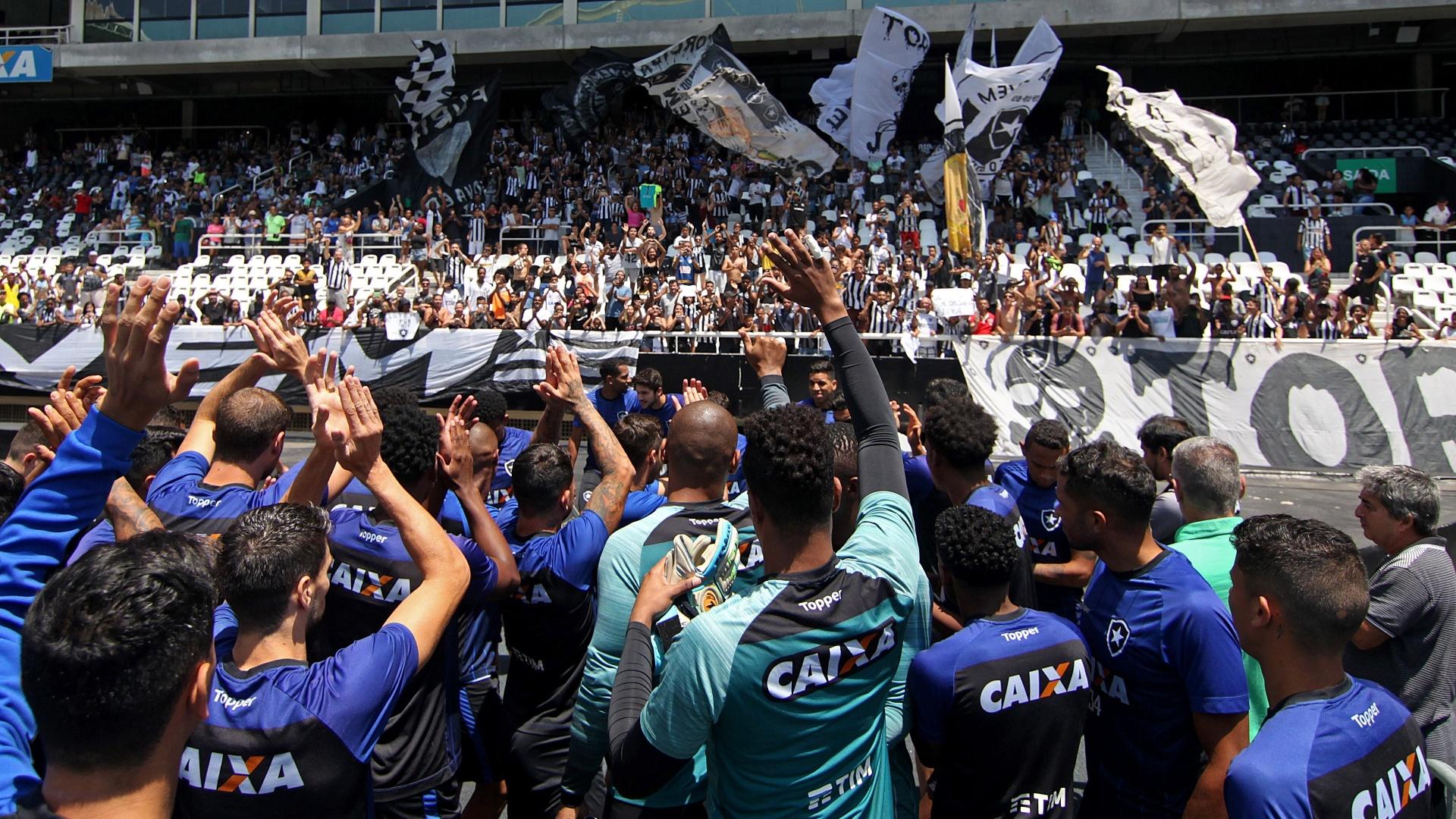 Elenco do Botafogo saúda torcida em treino aberto no Nilton Santos antes do jogo contra o Corinthians