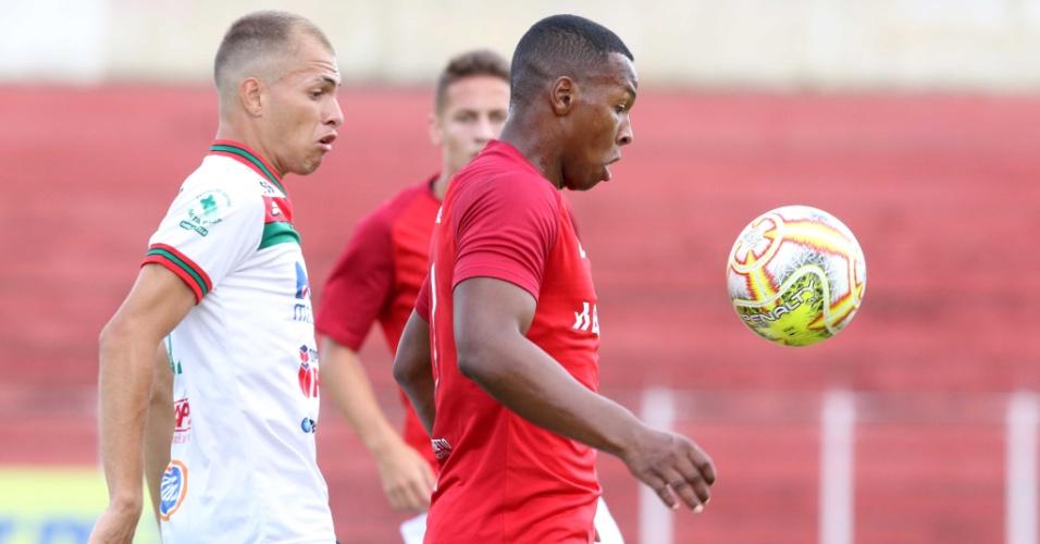 Jogadores de Internacional e Taquaritinga disputam a bola na Copa São Paulo