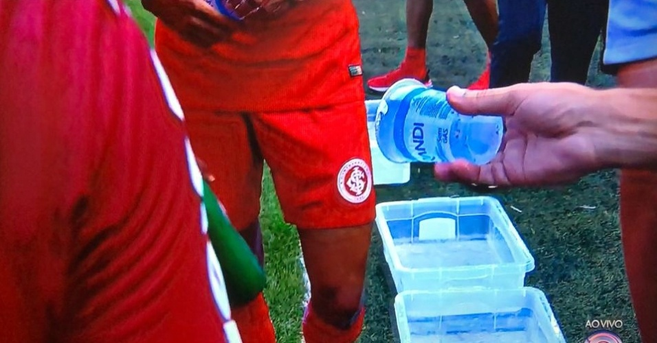 Jogadores de São José-RS e Internacional se refrescam no calor