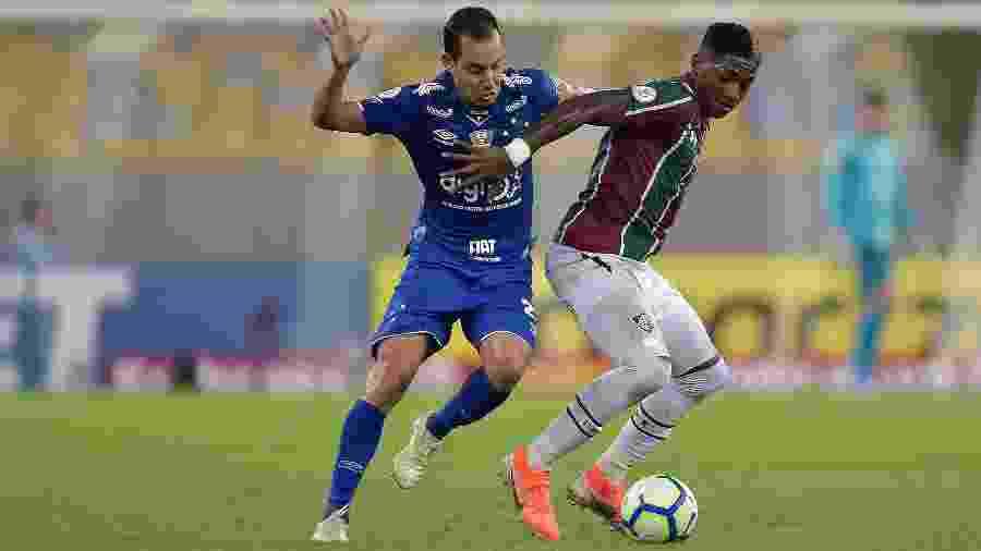 Yony Gonzalez, do Fluminense, disputa lance com Rodriguinho, do Cruzeiro, durante partida pelo Campeonato Brasileiro  - Thiago Ribeiro/AGIF