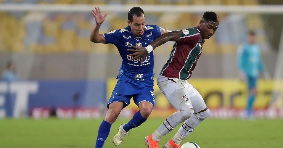 Yony Gonzalez, do Fluminense, disputa lance com Rodriguinho, do Cruzeiro, durante partida pelo campeonato Brasileiro A 2019