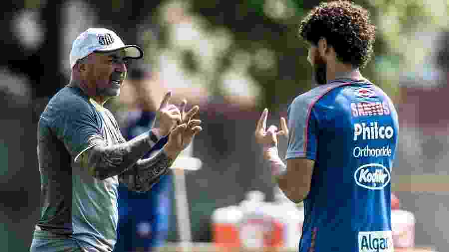 Jorge Sampaoli, técnico do Santos, explica posicionamento tático para Victor Ferraz - Ivan Storti/Santos FC