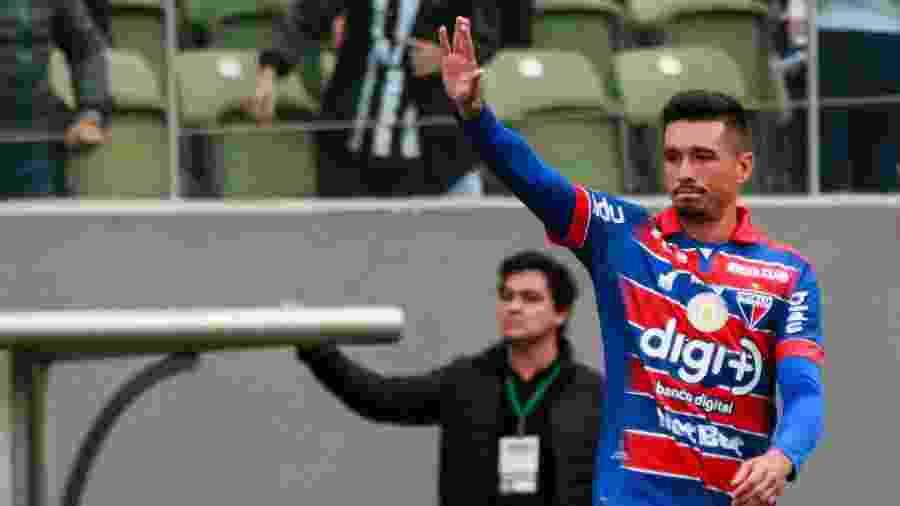 Juninho, do Fortaleza, pede desculpa após marcar gol contra na partida contra o Atlético-MG pelo Campeonato Brasileiro - Dudu Macedo/Estadão Conteúdo