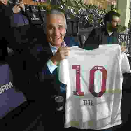 Técnico da seleção brasileira, Tite exibe camisa personalizada que recebeu do Vasco em São Januário - Mário Vassallo / Twitter