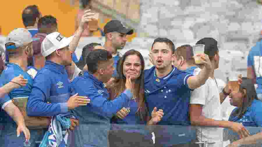 Torcedora do Cruzeiro chora após rebaixamento da equipe - Alessandra Torres/AGIF