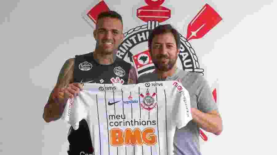 Luan posa com a camisa do Corinthians ao lado de Duílio Monteiro Alves, diretor de futebol do clube - Daniel Augusto Jr. / Agência Corinthians