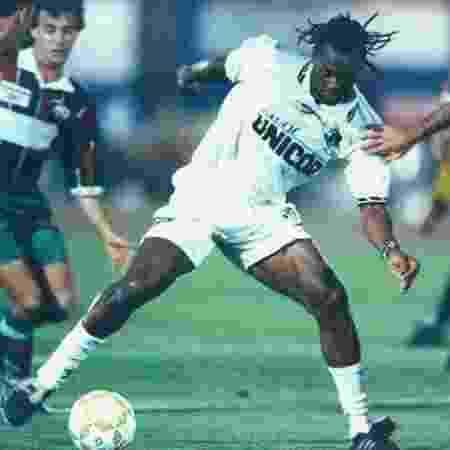 Usuriaga em ação pelo Santos contra o Fluminense no Brasileiro de 1996 - Reprodução